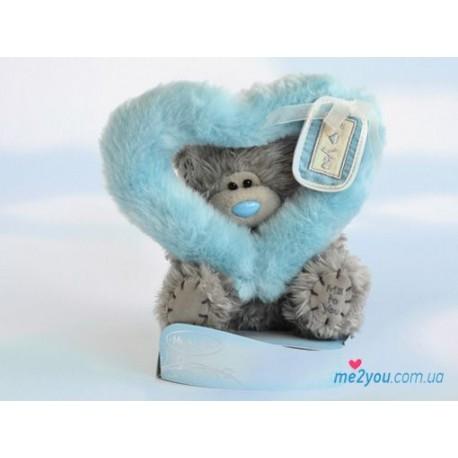 Мишка Тедди смотрит сквозь голубое сердце (G01W2002)