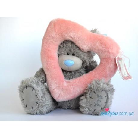 Мишка Тедди смотрит сквозь розовое меховое сердце (G01W2014)